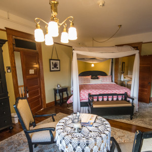 King Suite: Historic Balch Hotel, centrally located on the columbia river gorge in Dufur, OR