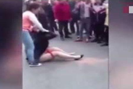 Wanita ini Dihajar dan Dilucuti Celana Dalamnya ditempat umum