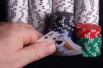 In the news: card shark cheats with contact lenses, microbiology workshop and more
