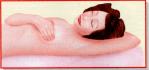 Auto-exame de mamas. Deitada, apalpe toda a mama através de suave pressão sobre a pele com movimentos circulares.