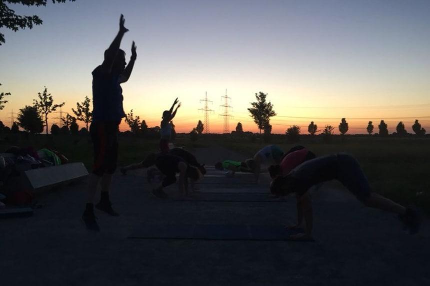 Spass am Sport im Sonnenuntergang