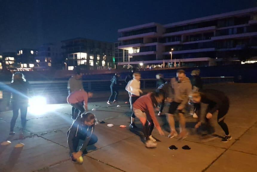 Spass bei dem Outdoor Fitness Training: Auch im Dunkeln