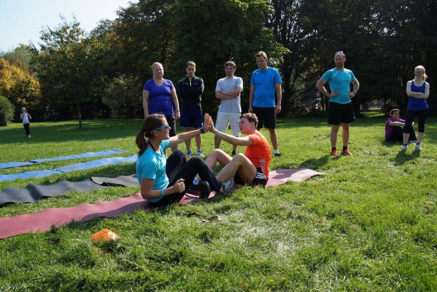 Dein Personal Trainer hilft dir gerne und erklärt die Übungen