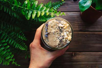 Smoothie aus Proteinpulver und frischen Beeren
