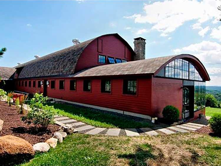 11-tem-vista-para-45-acres-de-terra-nova-inglaterra-uma-recente-reforma-de-pisos-e-personalizados-janelas-de-ardósia-aquecida-adicionado-feitos-a-partir-de-madeira-recuperada