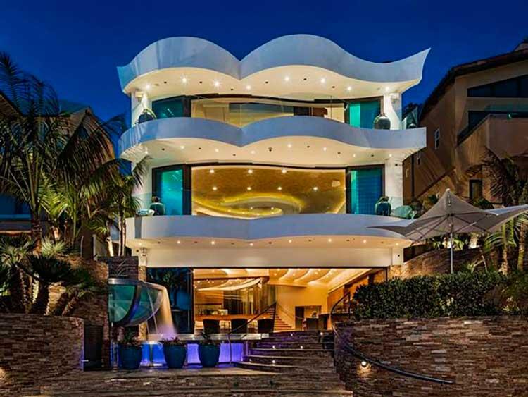 09-propriedade-à-beira-mar-piscina-com-vidro-italiano-e-um-estúdio-de-música-profissional-tem-portas-de-vidro-maciças-que-se-abrem-na-costa-do-Pacífico-casas-dos-sonhos