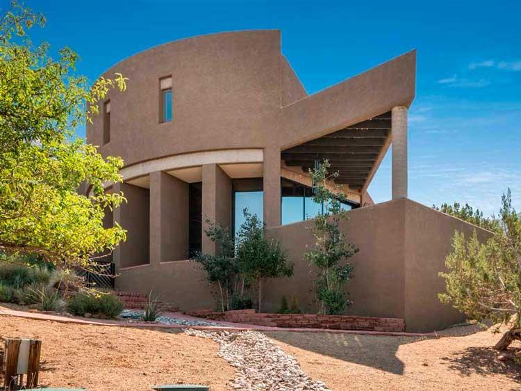 06-projetado-pelo-internacionalmente-renomado-arquiteto-Predock-Antoine-este-oásis-no-deserto-inclui-várias-lareiras-e-pisos-de-tijolos-trilhas-estão-a-poucos-passos-casas-dos-so
