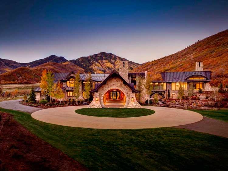05-melhor-propriedade-em-todos-esta-mansão-tem-entradas-de-pedra-serra-e-uma-ponte-de-vidro-com-paredes-da-uma-sensação-de-contos-de-fadas-blog-ozten-casas-dos-sonhos