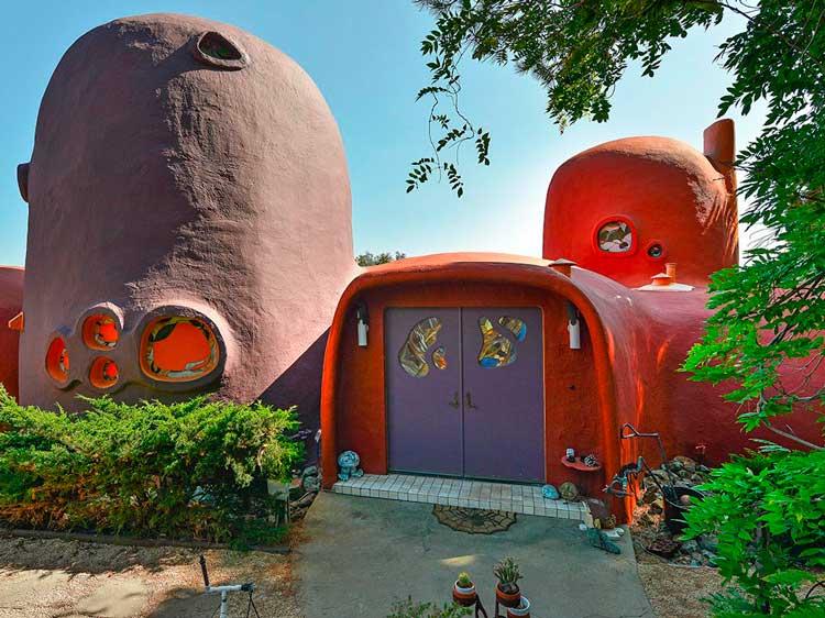 04-Não-há-nenhum-lugar-como-a-casa,-semelhança-impressionante-para-a-casa-nos-Flinstones-graças-à-sua-aqrquitetura-laranja-e-porta-roxa-blog-ozten-casas-dos-sonhos