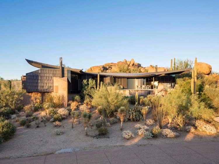 03-a-casa-escorpião-faz-uma-declaração-no-deserto-do-Arizona-com-a-sua-combinação-engenhosa-de-vidro-concreto-derramado-e-painéis-de-titânio-oxidados-blog-ozten-casas-dos-sonhos