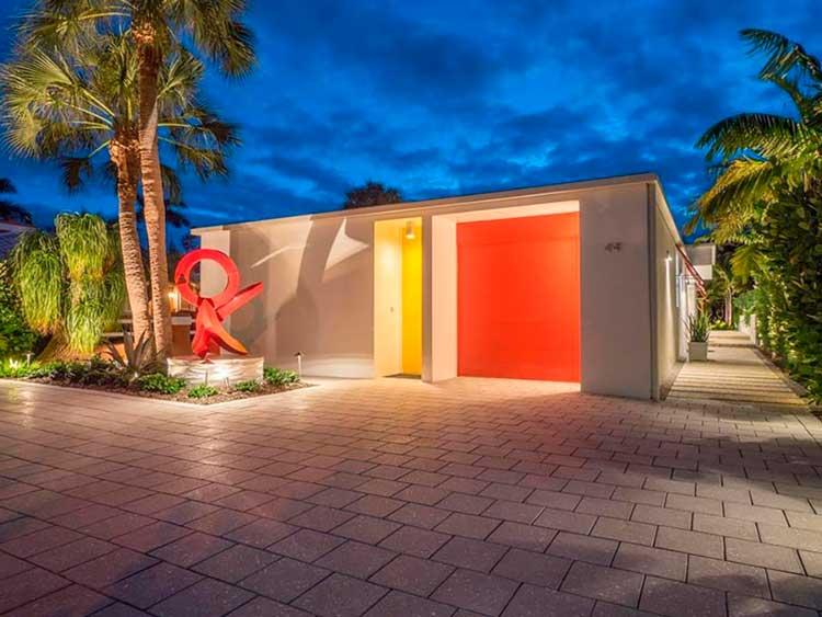 02-a-casa-cooney-carinhosamente-chamado-caixa-de-jóia-de-Sarasota-possui-linhas-limpas-e-pops-de-cor-em-negrito-uma-varanda-círculos-da-casa-2.400-pés-quadrados-casas-dos-sonhos
