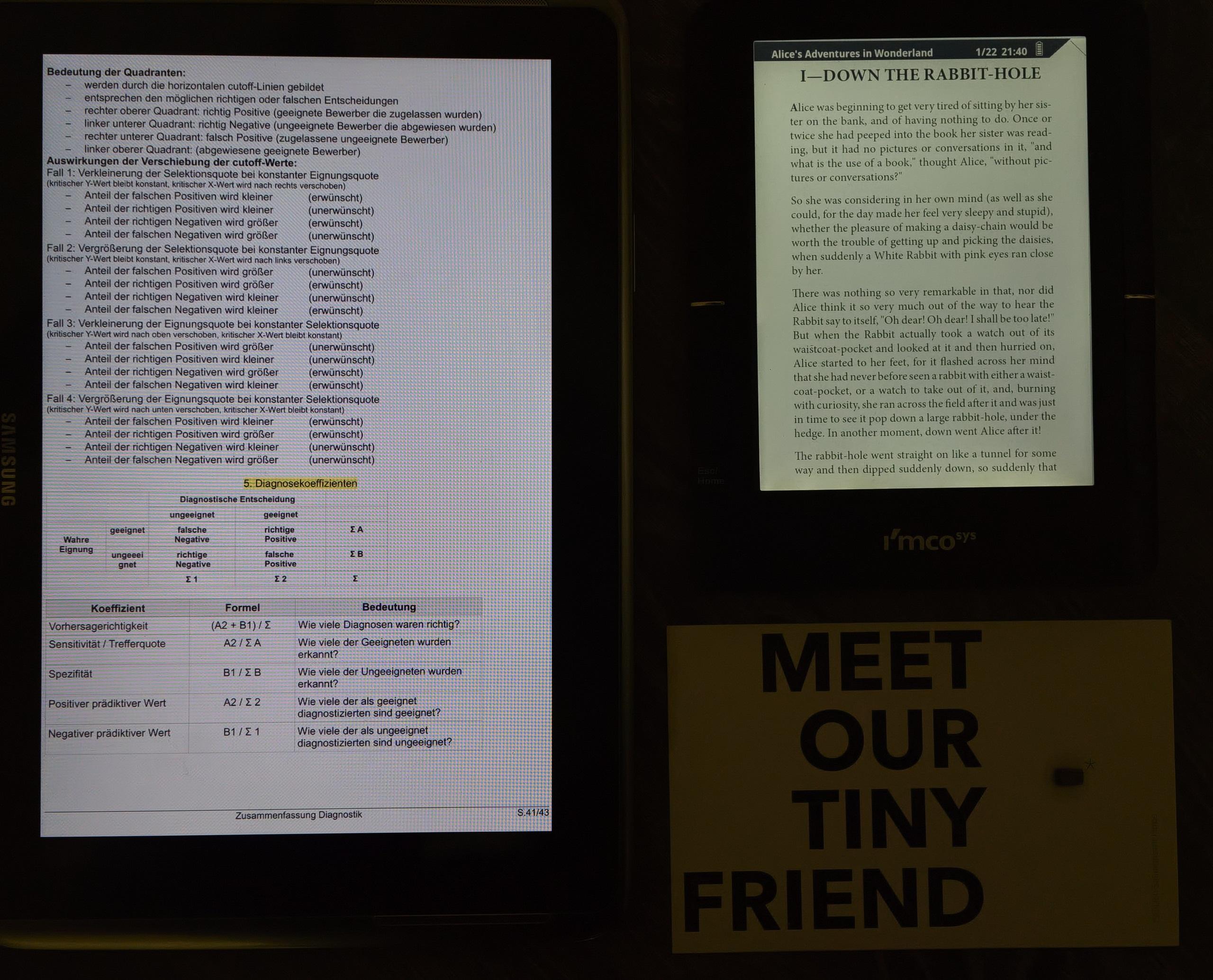 Vergleich zwischen eReader mit minimaler Beleuchtung, einem Samsung Galaxy Note 10.1 Tablet und echtem Papier bei wenig Licht