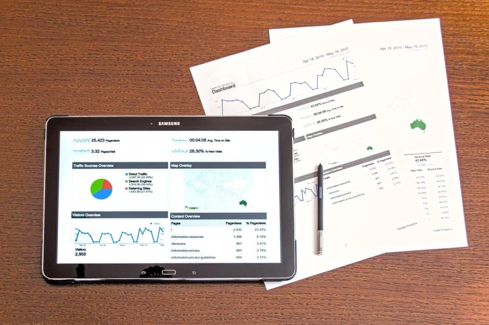 資料とタブレットのイメージ