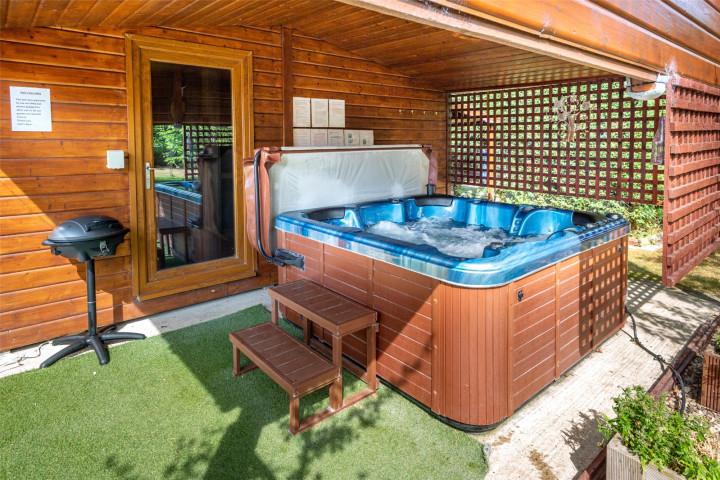 Decking / Hot Tub