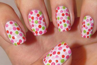 Tendencias de belleza: uñas de lunares
