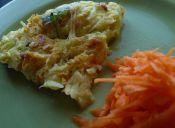 Prepara una tortilla de zapallo italiano y queso de cabra con hierbas frescas
