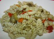 Pepara una ensalada de pasta con berenjenas y pimentones salteados