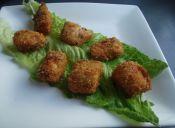 Prepara calugas de pescado con costra de coco y curry