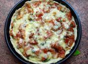 Prepara un pie de tomate y albahaca