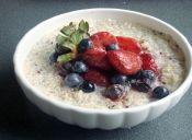 Cómo cocinar quínoa con leche y salsa de berries