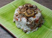 Cómo hacer una corona de arroz con picadillo de carne y brotes