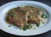Cocinar chuletas en salsa de cebolla