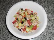 Ensalada a la vinagreta con pollo y vegetales