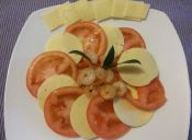 Receta: Ensalada Capresse con camarones al ajillo
