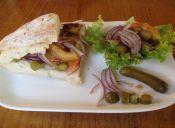 Ensalada innovadora: Pepinillos, tomates y cebolla morada