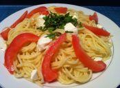 Pasta fresca con tomate y mozzarella
