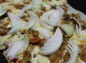 Para compartir: Pizza con machas y queso parmesano