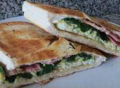Prepara un Sandwich de tocino, huevo y espinaca
