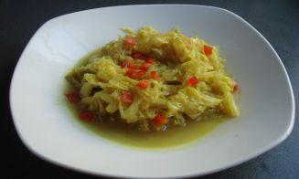 Cocinar estofado de repollo al curry
