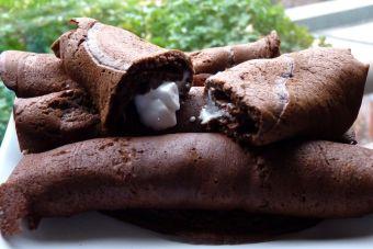 Prepara panqueques con masa de chocolate rellenos de marshmallow derretido