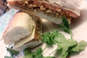 Prepara un sandwich vegetariano con pino de soya