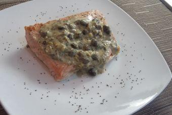 Preparar salmón con salsa de queso y alcaparras
