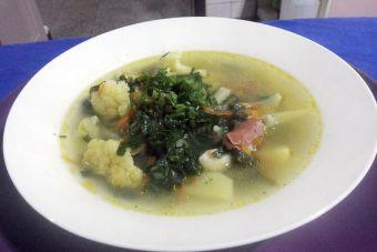 Hacer sopa de tocino y verduras