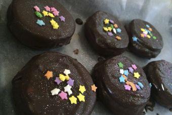 Alfajores de galleta bañados en chocolate