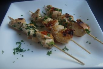 Prepara Brochetas de pollo tipo japonés (Yakitori)