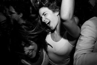 Lo genial de ir a bailar con las amigas