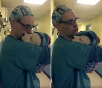 El tierno consuelo de un veterinario a cachorro recién operado