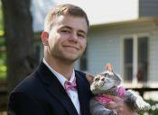No tenía acompañante para su fiesta de graduación y decidió ir con su gata