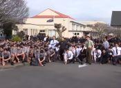 Estudiantes despidieron a su profesor con un emotivo 'haka' en su funeral