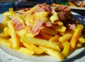 Alcaldes impulsan ordenanza municipal para prohibir venta de comida chatarra afuera de colegios
