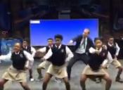 El profe de matemáticas que la rompe en Facebook gracias al increíble baile que realiza con sus alumnas