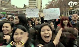 Profes de Renca despedidos tras el paro protestaron en alfombra roja de #Los33