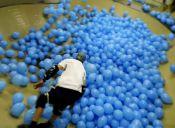 Cómo andar en skate en una pista con 5001 globos