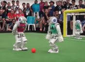 Robots practican para el torneo de fútbol Robocup de robots V/S humanos el 2050