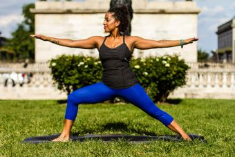 5 sorprendentes beneficios de hacer yoga en casa para tu vida laboral