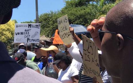 FILE: Striking SABC employees gather outside the Johannesburg offices of the public broadcaster on 14 December 2017, demanding salary increases. Picture: Masechaba Sefularo/EWN